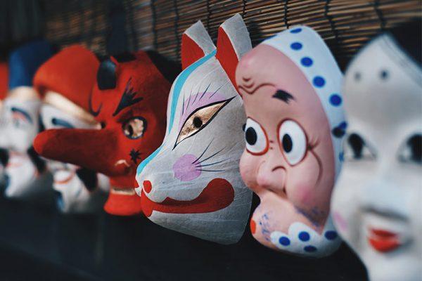 Mascaras de carnaval en una pared